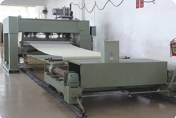 Seamless conveyor belt molding workshop